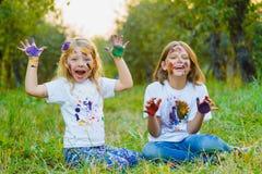 Kinder, die Spaßmalerei mit Fingerfarbe haben Stockbilder