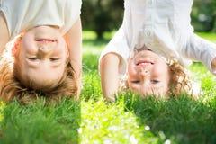 Kinder, die Spaß draußen haben Stockfotos