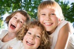 Kinder, die Spaß draußen haben Stockfoto