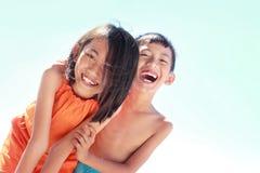 Kinder, die Spaß im sonnigen Tag haben Lizenzfreie Stockfotografie