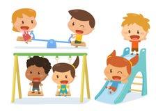Kinder, die am Spielplatz spielen Lizenzfreie Stockbilder