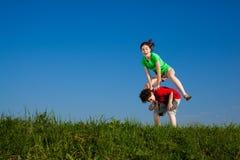 Kinder, die, Springen im Freien laufen Lizenzfreie Stockfotografie