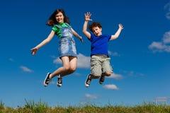Kinder, die, Springen im Freien laufen Lizenzfreie Stockfotos