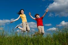 Kinder, die, Springen im Freien laufen Stockbild