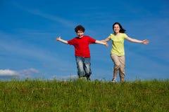 Kinder, die, Springen im Freien laufen Lizenzfreies Stockfoto