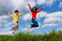 Kinder, die, Springen im Freien laufen Lizenzfreies Stockbild
