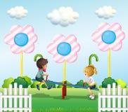 Kinder, die ständiges Schwanken am Park spielen Lizenzfreie Stockfotos