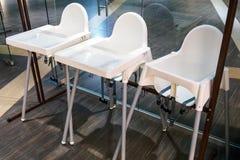 Kinder, die Stühle im Café, Hochstühle für Baby speisen stockbild