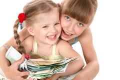 Kinder, die Stapel des Geldes anhalten. Stockbild