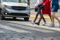 Kinder, die Straße kreuzen Lizenzfreies Stockbild