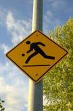 Kinder, die Straßenschild spielen Stockbild