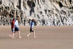 Kinder, die Strand erforschen Lizenzfreie Stockfotos