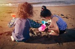 Kinder, die am Strand spielen Stockfoto
