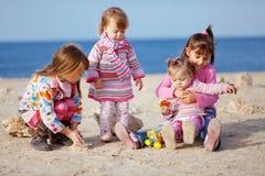 Kinder, die am Strand spielen Lizenzfreies Stockfoto