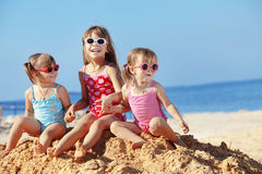 Kinder, die am Strand spielen Lizenzfreie Stockfotos
