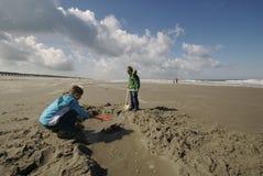 Kinder, die am Strand spielen Lizenzfreie Stockfotografie