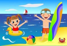 Kinder, die am Strand spielen Lizenzfreies Stockbild