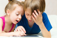 Kinder, die Tablettencomputer verwenden Stockbild