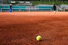Kinder, die Tennis spielen Lizenzfreie Stockfotografie