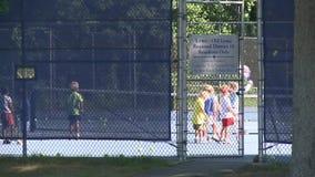Kinder, die Tennis spielen (1 von 2) stock video footage