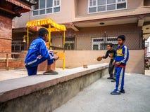 Kinder, die Tischtennis auf der Straße von Kathmandu spielen stockfotos
