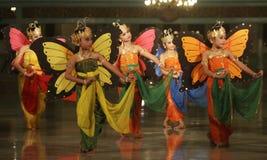 Kinder, die traditionellen Tanz durchführen stockfotos