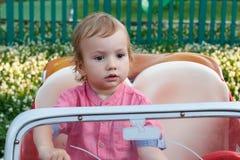Kinder, die äußeren Spielplatz, eigenartiges Kind im Park, glückliche Kindheit spielen Stockfotografie