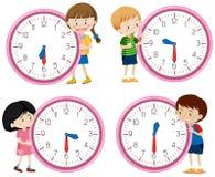 Kinder, die Uhr auf weißem Hintergrund halten lizenzfreie abbildung