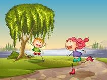 Kinder, die um Baum spielen Stockbild
