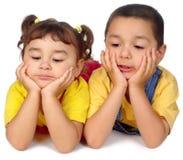 Kinder, die unten schauen Lizenzfreies Stockfoto