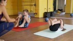Kinder, die unter Trainerüberwachung trainieren stock video