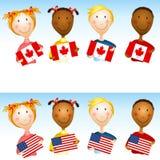 Kinder, die US-Kanadier-Markierungsfahnen anhalten Lizenzfreies Stockbild