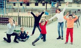 Kinder, die verschiedene Zahlen während des Spiels im Spielplatz zeigen Lizenzfreies Stockbild