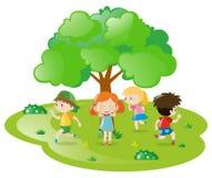 Kinder, die Verstecken im Park spielen Stockbilder