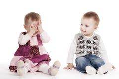 Kinder, die Verstecken spielen Stockfotos