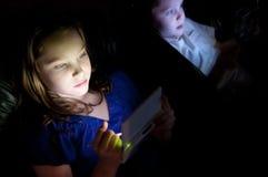 Kinder, die Videospiele spielen Stockbilder