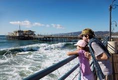 Kinder, die vom Pier atching sind lizenzfreies stockbild