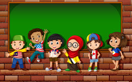 Kinder, die vor dem Brett stehen lizenzfreie abbildung