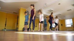 Kinder, die w?hrend der Rehabilitation ausarbeiten stock video footage