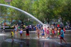 Kinder, die Wasser am Kronen-Brunnen, Jahrtausend-Park spielen lizenzfreies stockfoto