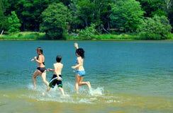 Kinder, die in Wasser laufen Stockfotografie