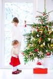 Kinder, die Weihnachtsbaum verzieren Stockbild