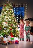 Kinder, die Weihnachtsbaum verzieren lizenzfreies stockfoto