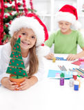 Kinder, die Weihnachtsdekorationen und -postkarten bilden Lizenzfreie Stockfotos
