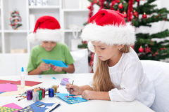 Kinder, die Weihnachtsgrußkarten bilden Lizenzfreie Stockfotos