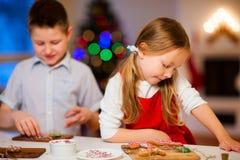 Kinder, die Weihnachtsplätzchen backen Stockbild