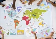 Kinder, die Weltkarte mit Kontinent-Land-Ozean Geograph lernen lizenzfreie stockfotos