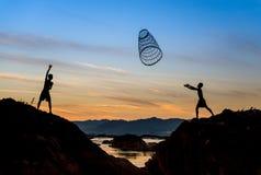 Kinder, die Werkzeug für die Fischerei teilen Lizenzfreies Stockbild