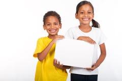 Kinder, die whiteboard anhalten stockfoto