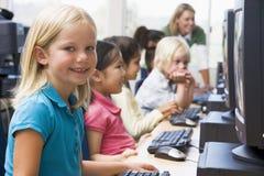 Kinder, die wie man Computer erlernen, benutzt. Stockfotografie